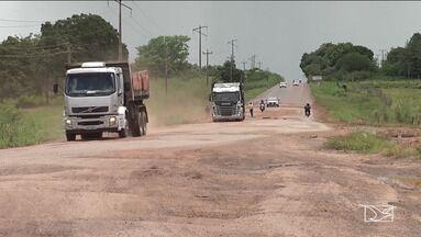 Motoristas enfrentam dificuldades ao trafegar em rotatória das BRs 222 e 316 em Santa Inês - Os buracos e o mato tornam o trânsito muito perigoso no cruzamento das rodovias.