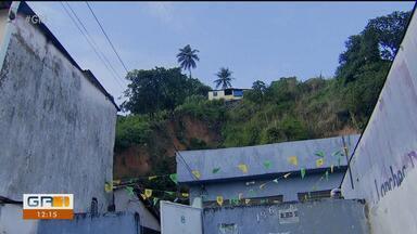 Ruas ficaram alagadas e deslizamentos de barreiras foram registrados em Olinda - Em Olinda, voltou a chover forte ontem.