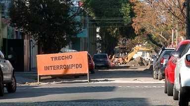 Como estão as obras em ruas do centro de Rio Grande - Vários trechos da área central da cidade estão com trânsito interrompido por causa de obras de drenagem e pavimentação. Prefeito Alexandre Lindenmeyer detalha etapas do projeto.