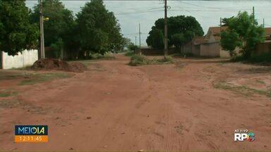 Moradores reclamam da falta de asfalto em ruas de Paranavaí - Ao vivo secretário veio dar resposta para a população.