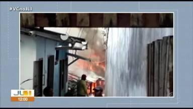 Incêndio atinge uma casa em uma vila localizada no distrito de Icoaraci, em Belém - A proprietária, uma idosa de 90 anos, tinha saído de casa para ir ao médico com a neta.
