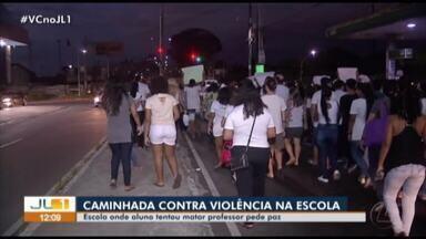 Alunos e professores fazem caminhada pedindo paz e segurança nas escolas de Ananindeua - Um professor foi esfaqueado por um aluno na semana passada no município