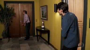 Murilo aparece em pânico na casa de Jerônimo - Murilo conta sobre a decisão de Mercedes