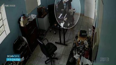 Adolescente é apreendido suspeito de furtar celulares em Foz do Iguaçu - Ele entrava nas lojas vendendo alfajor e furtava celulares.