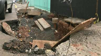 Buraco aberto em calçada do centro de Guarapuava está sem sinalização - Segundo a prefeitura, o local está na programação da secretaria de obras.
