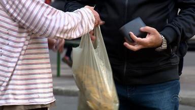 Para trabalhadores dos centros gaúchos, todo dia é dia de batalhar - Vendedores conquistam clientes com bom humor e qualidade no atendimento.