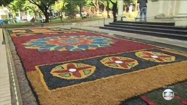Tapete colorido é uma das tradições mais importantes do Corpus Christi - Em Belo Horizonte, moradores passaram a madrugada preparando tapetes de serragem
