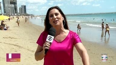 Turistas aproveitam feriadão para relaxar na praia em Fortaleza - Sol e calor atraem muita gente para as praias da capital cearense