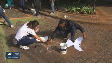 Refugiados venezuelanos ajudam na confecção dos tapetes de Cospus Christi em BH - Os enfeites foram feitos no centro de Belo Horizonte e celebram o feriado católico