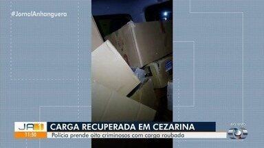 Polícia prende oito pessoas por roubo e receptação de cargas, em Goiás - Operação aconteceu em Trindade, Aparecida de Goiânia e Cezarina. Os policiais recuperaram eletrônicos, eletrodomésticos, colchões, calçados, um carro e uma arma.