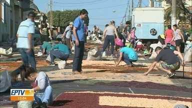 Paróquias mantêm tradição dos tapetes no Corpus Christi em Ribeirão Preto, SP - Fiéis acordaram cedo para montar tapetes coloridos nas ruas nesta quinta-feira (20).