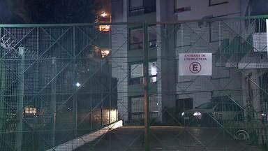 Filho é suspeito de matar pai e mãe a facadas em apartamento em Porto Alegre - Caso aconteceu na Zona Sul da capital, na noite desta quarta-feira (19).