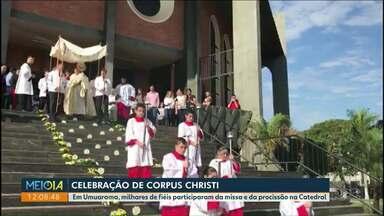 Fiéis da região noroeste participam de celebração de Corpus Christi - Em Paranavaí, tapetes enfeitaram ruas da região da catedral.