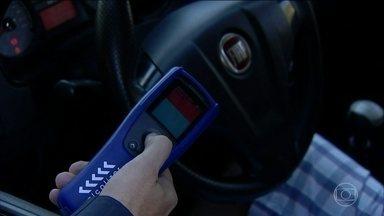 Polícia Rodoviária Federal começa a usar um novo tipo de bafômetro em todo o país - Com esse novo aparelho, os testes ficaram bem mais rápidos e o motorista não precisa sair do carro e nem encostar a boca no aparelho.