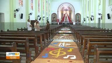 Fiéis confeccionam tapetes com cenas bíblicas para celebrar Corpus Christi - Veja também como foram as celebrações de Corpus Christi.
