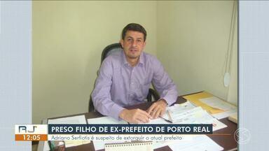Adriano Serfiotis é preso por chantagear prefeito de Porto Real, diz polícia - Suspeito é filho do ex-prefeito do município, Jorge Serfiotis, e foi encontrado pelos agentes na noite de quarta-feira (19). Ele e mais três pessoas teriam exigido R$ 2 milhões de Ailton Marques.