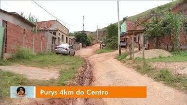 Zé do Bairro visita moradores do bairro Purys, em Três Rios - Quem vive no local reclama das condições da principal rua do bairro.