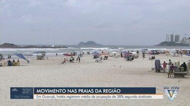 Hotéis registram média de ocupação de 38% em Guarujá, SP, no feriado - Turistas frequentaram a praia mesmo em clima de chuva na região.