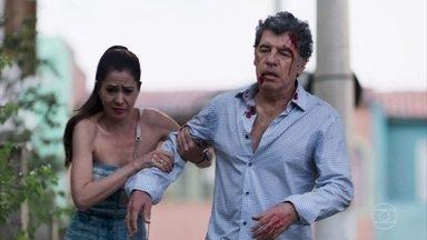 Santinha encontra Miguel machucado na rua - Ela leva o patrão para casa. Rania e Camila se assustam com o estado dele