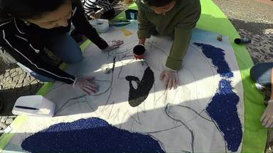 Voluntários levantam cedo pra ajudar a fazer tapetes coloridos de Corpus Christi - À tarde as avenidas Tancredo Neves e Brasil serão fechadas para a procissão.