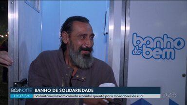 Voluntários levam comida e banheiro ambulante para moradores de rua tomarem banho - Um grupo de voluntários está dando, literalmente, um banho de solidariedade em Curitiba.