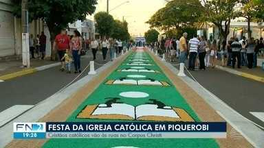 Católicos celebram Dia de Corpus Christi no Oeste Paulista - Tradicional tapete foi confeccionado em Piquerobi.