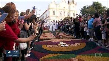 Católicos celebram o Corpus Christi com tapetes coloridos e procissões - Em várias cidades do estado, os moradores se uniram pra fazer os tradicionais tapetes com materiais como areia, tampinhas, macarrão e dolomita, uma espécie de calcário moído. Procissões também reuniram os fiéis em oração.
