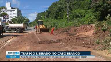 JPB2JP: Rua da barreira e ladeira do Cabo Branco foram limpas e veículos já podem passar - Tráfego liberado.