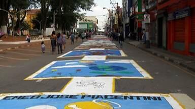 Itaquaquecetuba promove encontro de tapetes - Eles foram montados nas ruas da cidade.