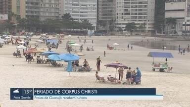 Praias de Guarujá recebem turistas durante o feriado de Corpus Christi - Mesmo sem sol, o Guarujá foi a escolha de muitos turistas para descansar à beira mar.