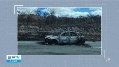 Carro pega fogo enquanto trafegava pela BR-116 - Caso ocorreu entre os municípios de Manoel Vitorino e Poções.