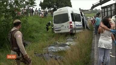 Oito pessoas morrem em acidente entre uma van e um caminhão na Bahia - A tragédia aconteceu neste quinta-feira (20) na Rodovia BA 502, na região de Feira de Santana.