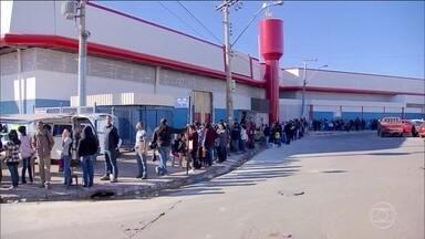 Centenas de pessoas passam a noite na fila em busca de emprego, no Distrito Federal - Hoje de manhã havia mais de 2.000 candidatos disputando 180 vagas oferecidas por um Supermercado.