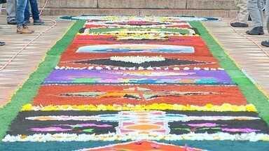 Dia para celebrar Corpus Christi pela região - Voluntários confeccionam os tradicionais tapetes. Missas e procissões marcam o feriado religioso.