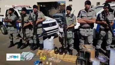 Polícia prende quatro suspeitos de tráfico e fecha laboratório de drogas, em Goiânia - Foram apresentados produtos para refino de cocaína, maconha e dinheiro.