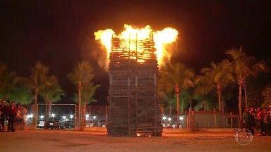 Petrolina, no sertão de Pernambuco, acende fogueira de São João de sete metros de altura - Ela levou 15 dias para ficar pronta e o fogo vai queimar por três dias. Famílias da região se reúnem todos os anos para comemorar o dia de São João.