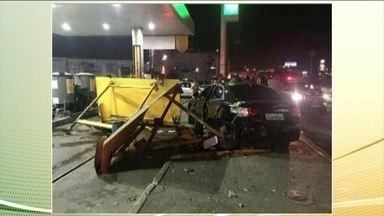 Carro invade calçada e atropela seis pessoas que estavam em ponto de ônibus - O acidente foi em São João de Meriti, no Rio. O teste do bafômetro do motorista deu positivo.