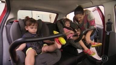 Cadeirinha no carro diminui mortes e internações de crianças por acidentes - Um projeto de lei enviado pelo governo ao Congresso pretende acabar com a multa para o motorista que levar criança fora da cadeirinha.