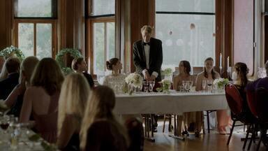 Episódio 6 - A irmã de Elise vai se casar e todos fazem de tudo para evitar que rixas familiares atrapalhem o momento. Alex fica com a responsabilidade da comida quando Nenne não aparece.