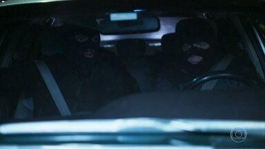 Fauze, Robson e os capangas fogem com a chegada da polícia - Tomás tenta alcançá-los, mas eles escapam