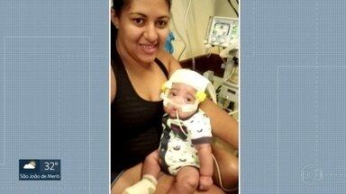 Bebê espera transferência há cinco meses - Enzo nasceu aos sete meses de gestação e precisa de uma cirurgia