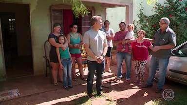 O 'Mandando Bem' conta a história de uma família que investe na fabricação de calças jeans - A Família de seu Edevanir trabalha junta fabricando e vendendo calças jeans