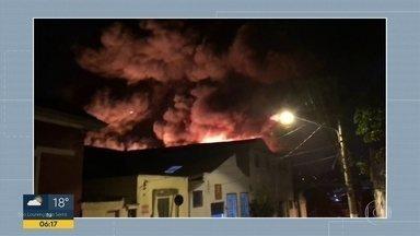 Incêndio em galpão assustou moradores na Vila Prudente - Bombeiros foram chamados pra controlar as chamas e encontraram restos de balão na área.