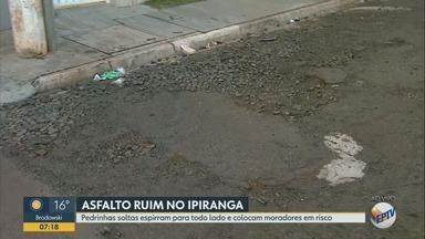 Pedras soltas no asfalto colocam pedestres em risco em Ribeirão Preto - Na Rua Itaguaçu, no bairro Ipiranga, moradora diz que foi atingida por pedrisco.