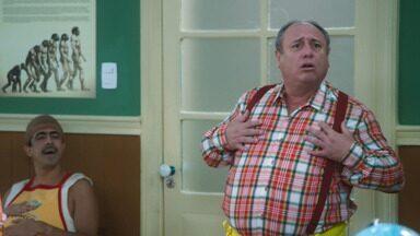 Episódio 1 - No primeiro dia de aula, Tio Nerso visita a turma e Suppapou Uaci e João Canabrava chegam à classe. Na sala de artes, o professor Capilé Sorriso é apresentado aos alunos.