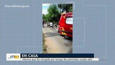 Menina atingida na cabeça por tampa de carroceria da caminhão recebe alta, em Goiânia - Vídeo mostrou momento da acidente.