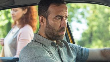 Episódio 1 - Na Romênia, Relu leva uma vida dupla. O taxista que também trabalha como cobrador de dívidas para Capitanu, chefe da máfia local. Em uma das cobranças, as coisas se complicam.