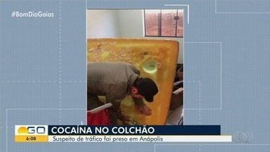 Após prender traficante, PM encontra drogas escondidas no colchão dele, em Anápolis - Vídeo mostra momento em que cocaína é localizada.