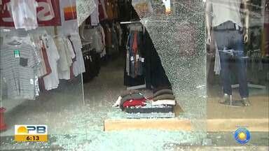 Loja de roupas é violada e produtos são roubados, no Centro de João Pessoa - Suspeito teria chegado sozinho e quebrou a vitrine de vidro do estabelecimento.
