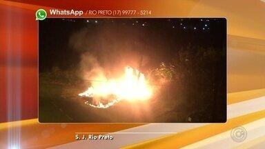 Incêndio atinge terreno em bairro de Rio Preto - Um terreno que fica na zona sul de São José do Rio Preto (SP) pegou fogo na noite desta terça-feira (2). O tempo seco colabora para as queimadas nesta época do ano.